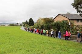 Ein bunter Tatzelwurm mit 80 Füssen marschierte am Samstag entlang der Grenze rund um Wallisellen_1 3