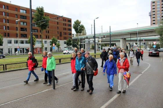 Ein bunter Tatzelwurm mit 80 Füssen marschierte am Samstag entlang der Grenze rund um Wallisellen_2 3