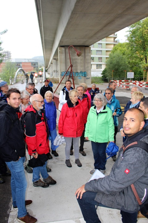 Fabian Homberger (vorne rechts) zeigt den Bannumgänglern den Grenzverlauf im ZwickyAreal auf 3
