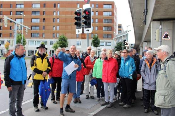 Mitte-Vorstandsmitglied Georges Hunziger mit Erklärungen zum Grenzverlauf im Bereich des S-Bahn-Viadukts 3